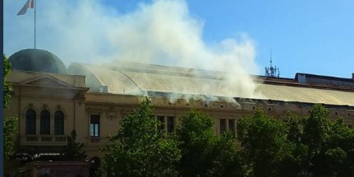 Último minuto: Feria Pulsar fue desalojada por incendio en Estación Mapocho