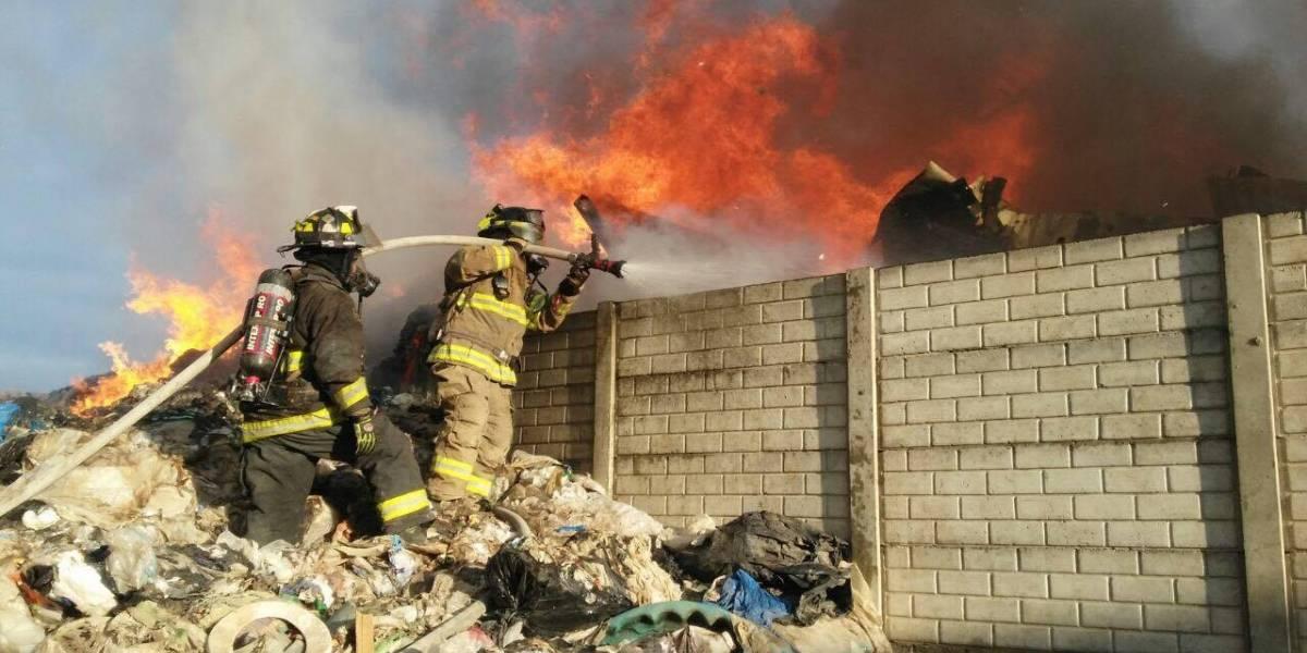 Se incendia recicladora en la zona 3
