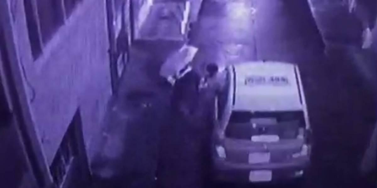 Un taxista 'malabarista' intentó robar el celular de una transeúnte mientras conducía