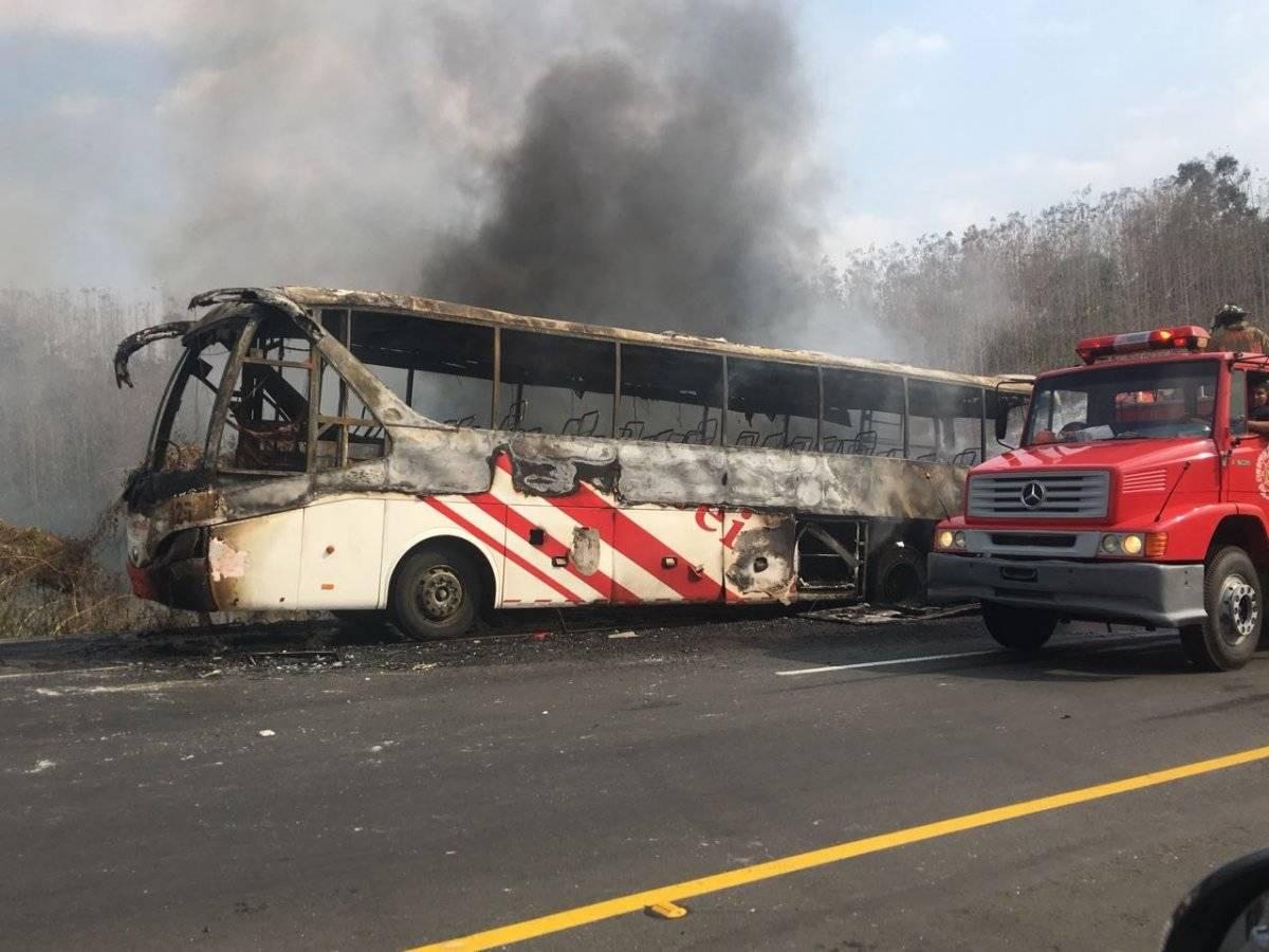 Un bus se incendió en la vía Jipijapa-Guayaquil ECU 911
