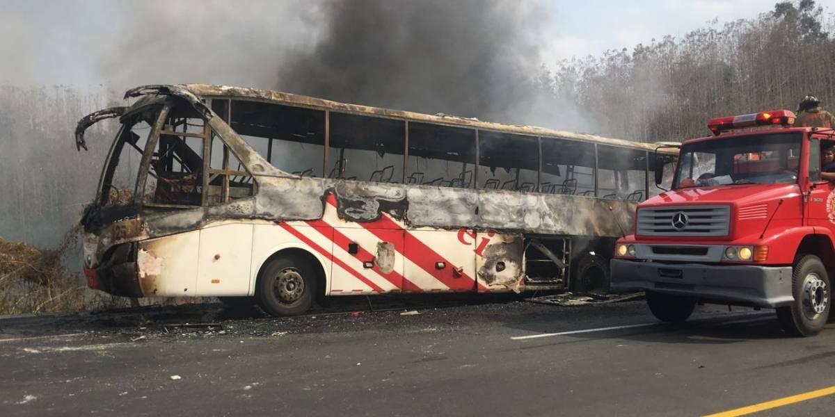 Un bus se incendió en la vía Jipijapa-Guayaquil