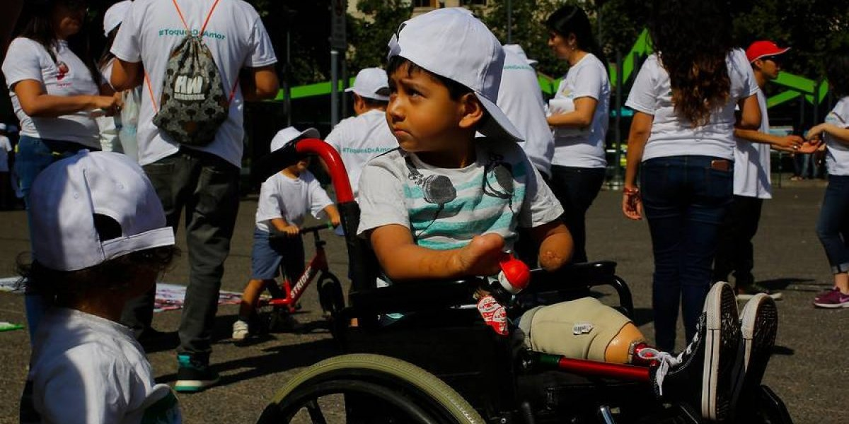 Niños prematuros y sus padres marchan desde Baquedano demandando solidaridad y ayuda