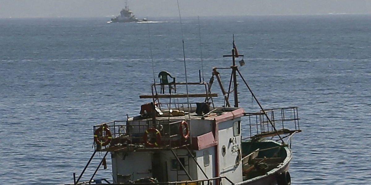 Armada captura a embarcación peruana en Arica que pescaba en territorio marítimo chileno