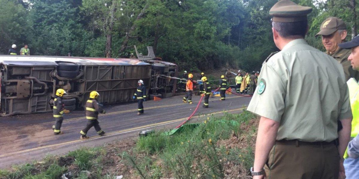 La Araucanía: cinco personas fallecen y otras 17 quedan heridas tras volcamiento de un bus