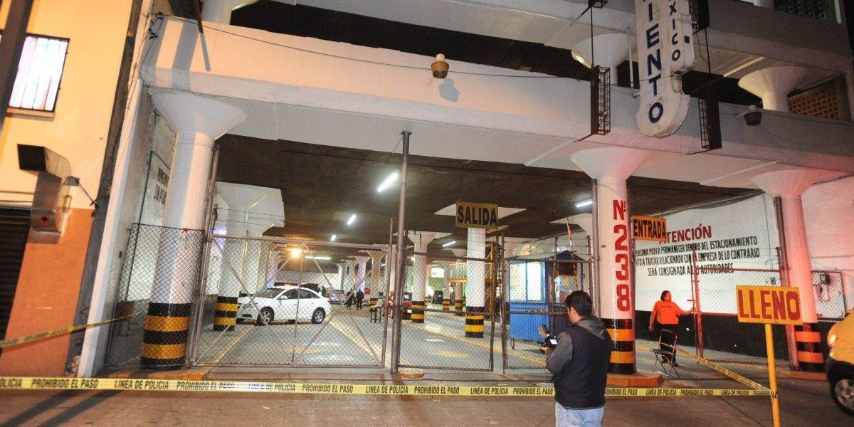 Balean auto al salir de la Arena México; hay un muerto