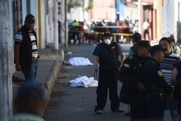 La Policía Nacional Civil verifica la escena del crimen.