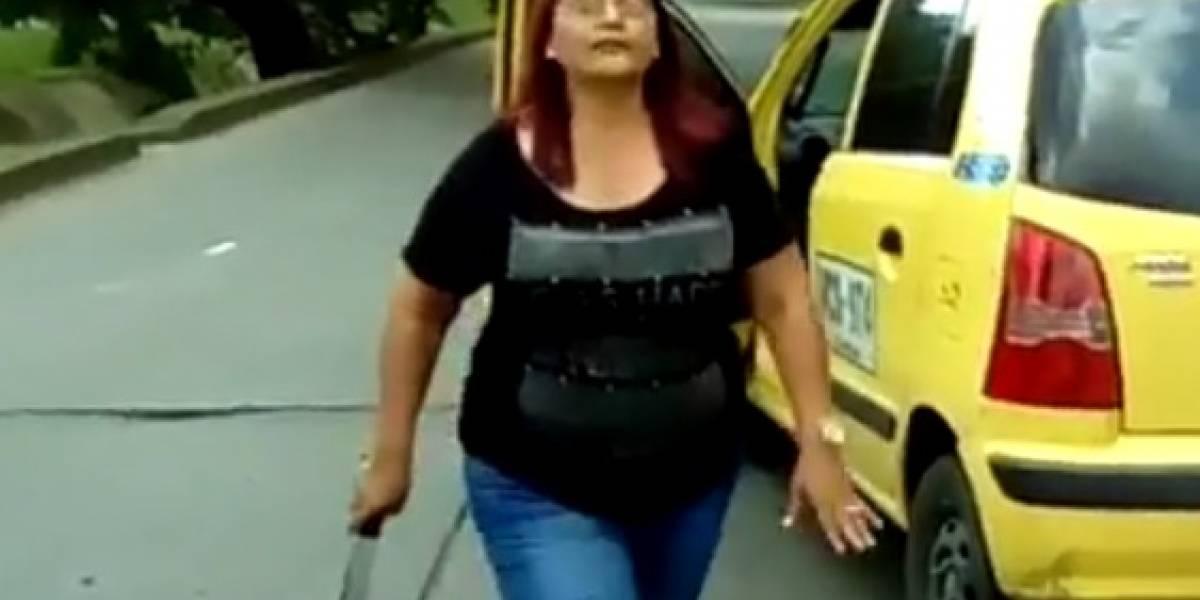Video: Mujer taxista atacó con un machete a motociclista a quien señala de presunto ladrón