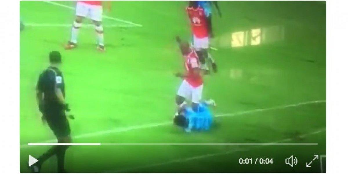 Criminal patada de Javier López a un futbolista de Jaguares