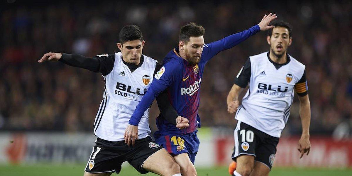 Valencia y Barcelona protagonizan polémico empate en la cima de la Liga española