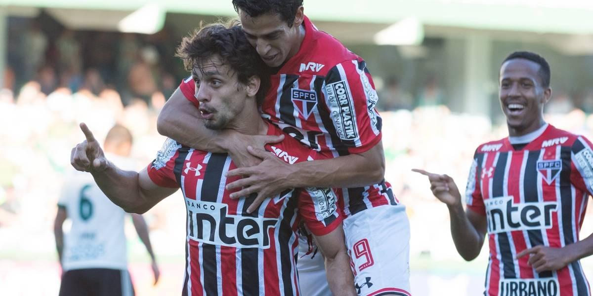 São Paulo supera erro da arbitragem e vence o Coritiba
