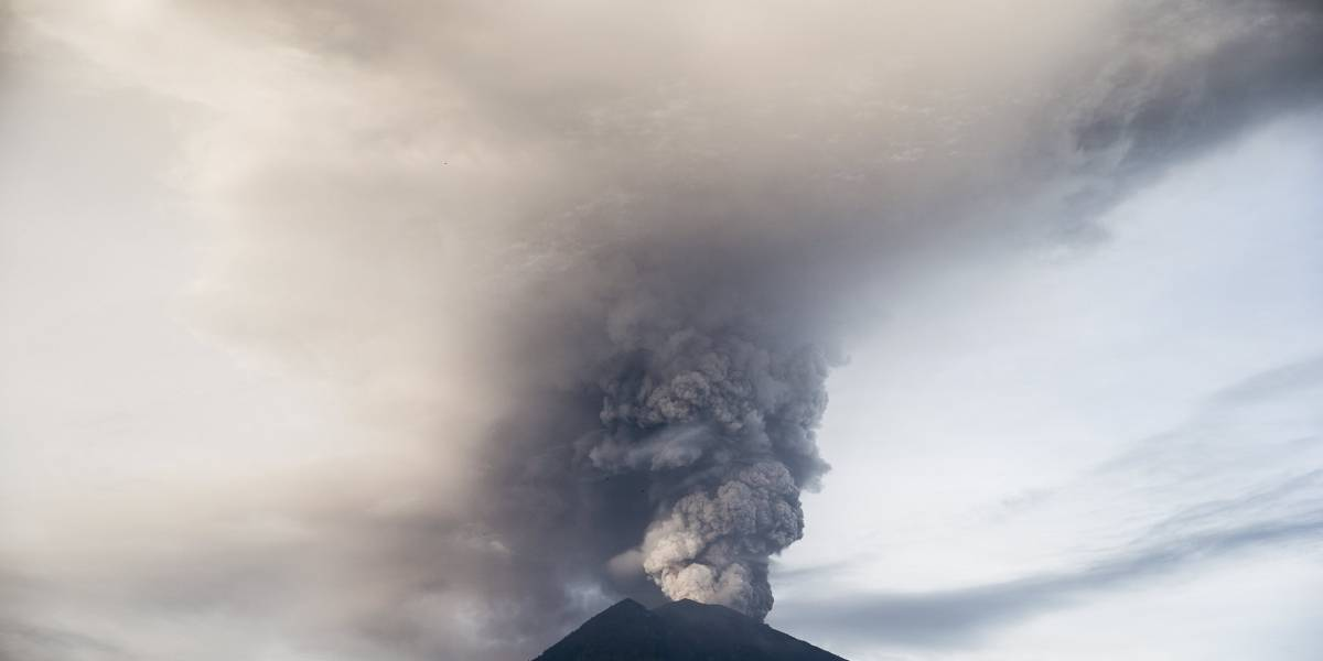 Unos 100.000 evacuados y 59.000 pasajeros afectados por volcán Agung en Bali