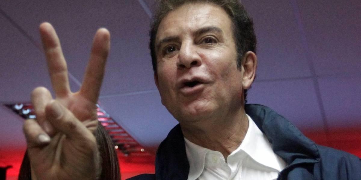 """Elecciones en Honduras: quién es Salvador Nasralla, """"El señor de la televisión"""" que está a punto de evitar la reelección de Juan Orlando Hernández como presidente"""