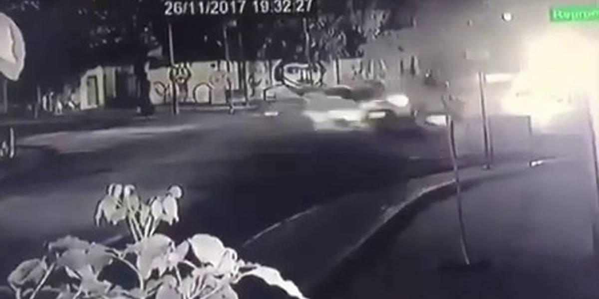 Motorista em alta velocidade fura sinal vermelho e provoca duas mortes no Recife