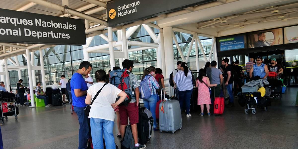 Chilenos se subieron y no se bajaron más: octubre rompe récord de viajes en avión