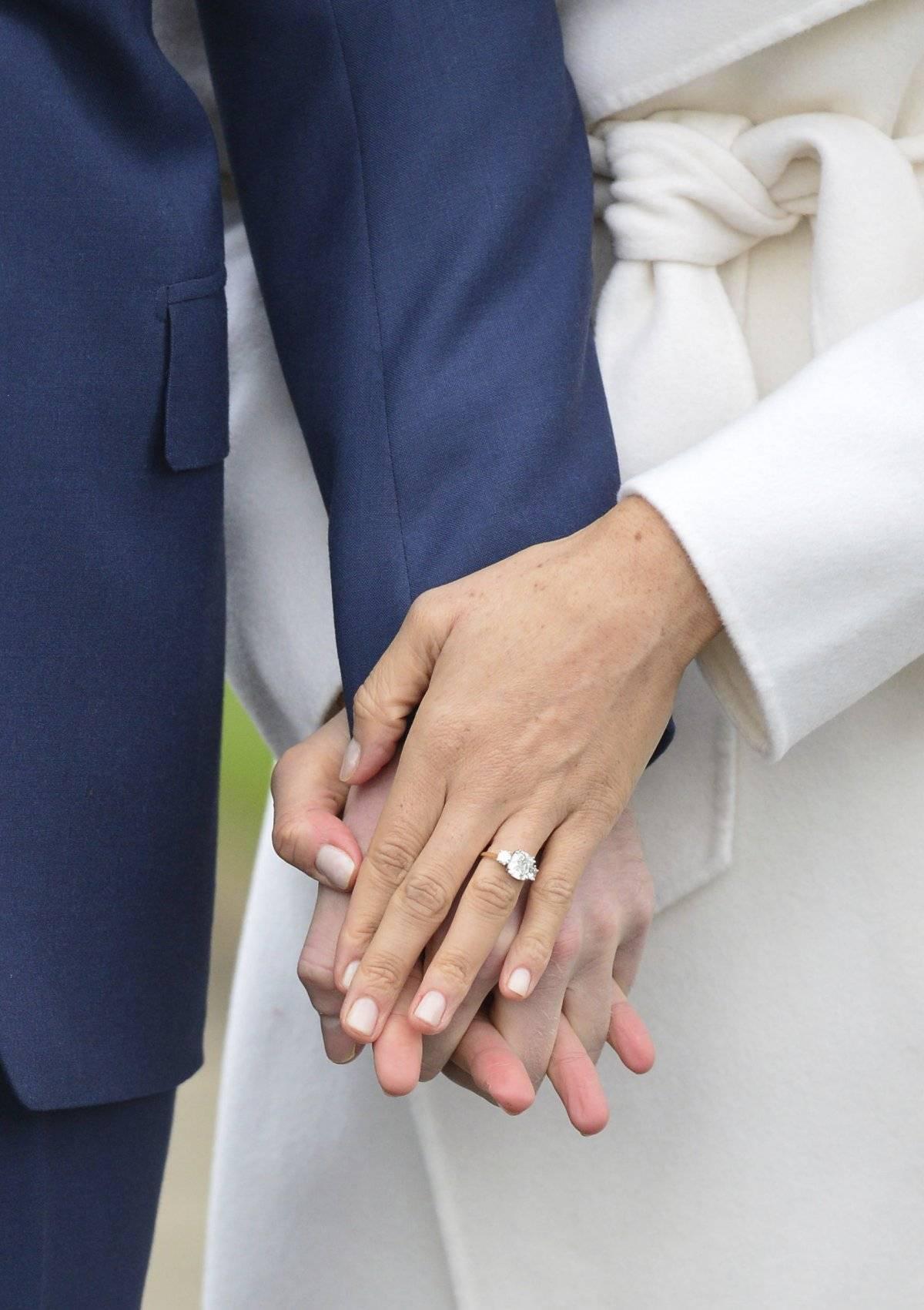 La actriz estadounidense Meghan Markle luce su anillo de compromiso al posar con el príncipe Enrique de Inglaterra para la prensa en el Palacio de Kensington, en Londres, el lunes 27 de noviembre del 2017. / AP