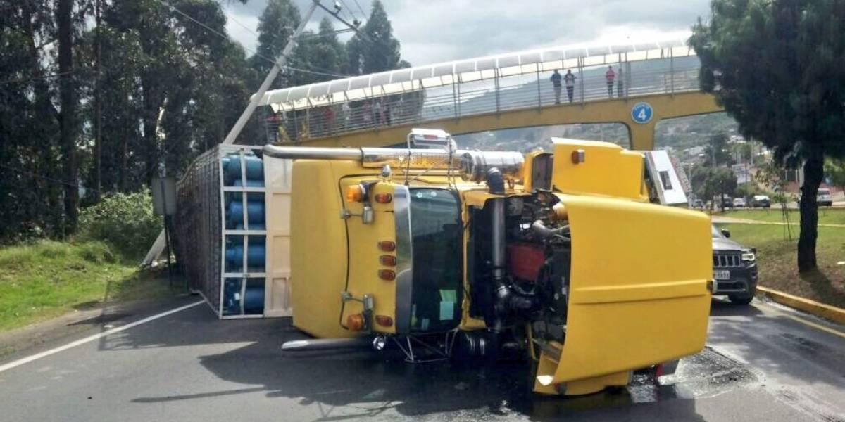 Un camión se volcó en la autopista General Rumiñahui