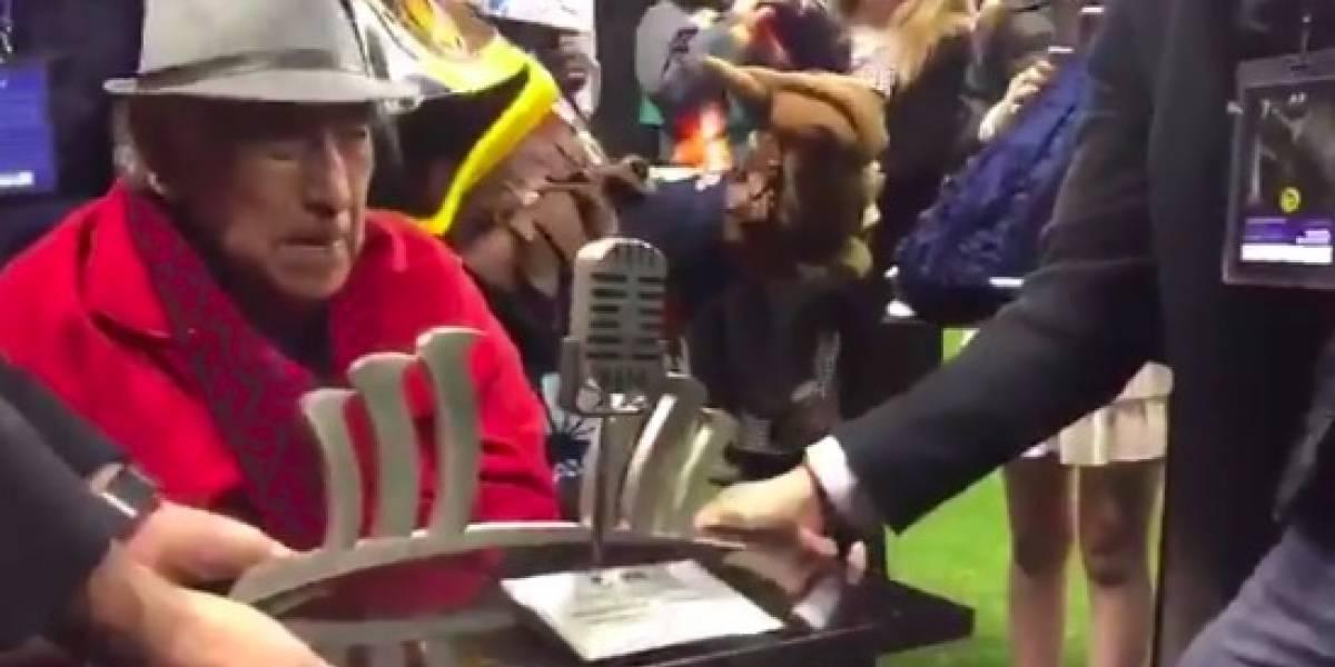 VIDEO: Hacen homenaje a Don Melquiades, 'La voz del Estadio Azteca'