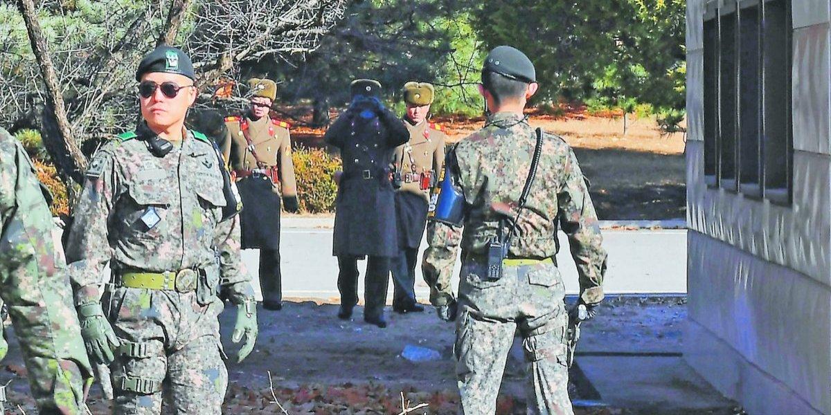 Alta tensión: con la mano en la pistola soldado de surcoreano frente a frente a tropas de Kim Jong-un