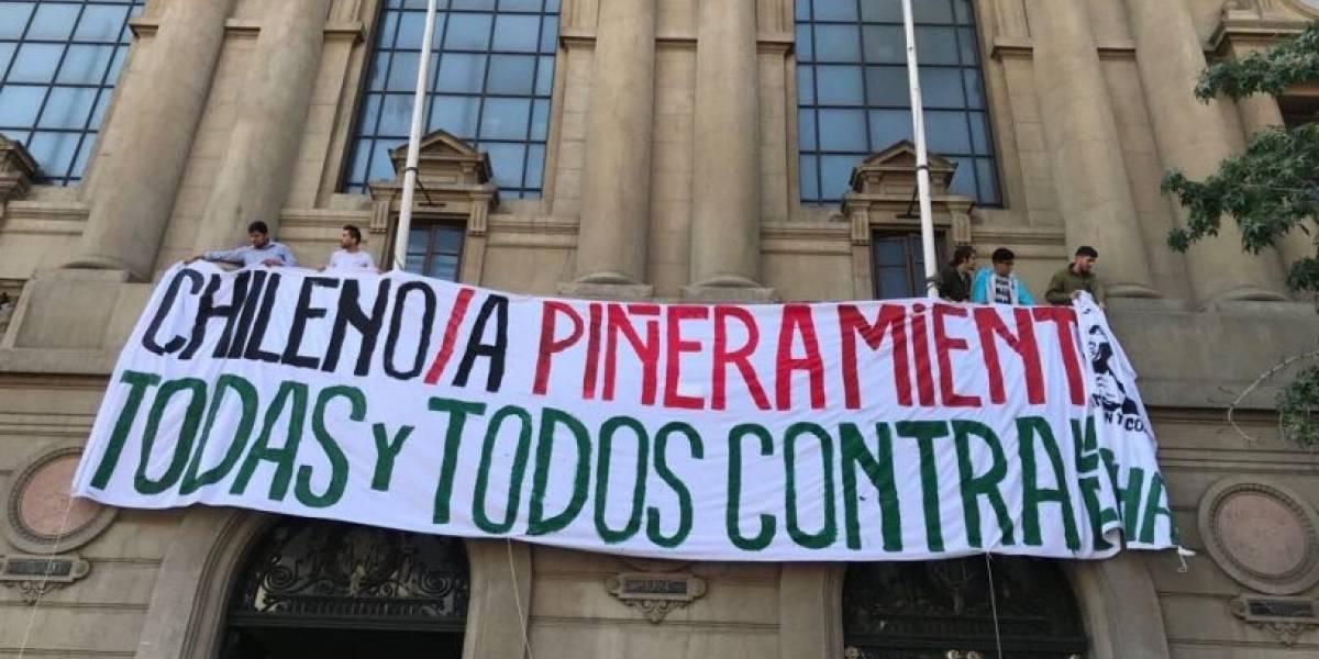 """""""Chileno/a Piñera miente"""": estudiantes de la Universidad Católica cuelgan lienzo contra el candidato presidencial"""