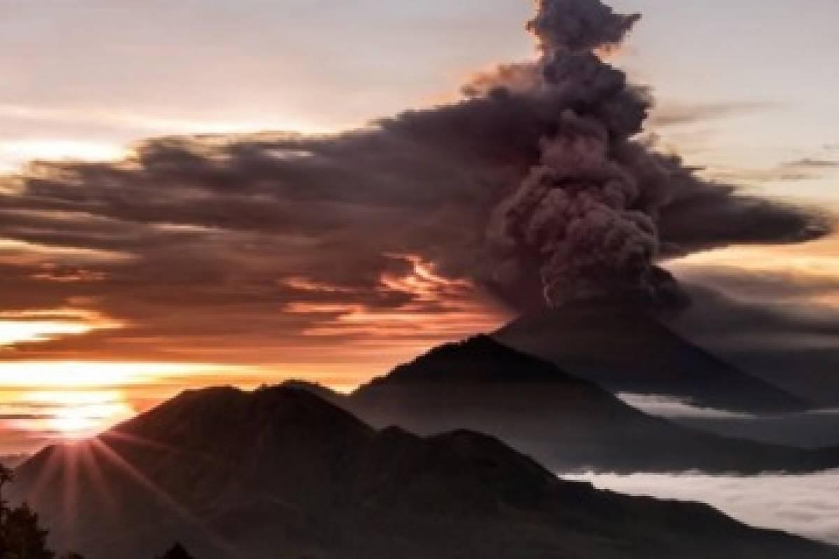 Erupción de volcán en Bali arroja cenizas sobre resorts