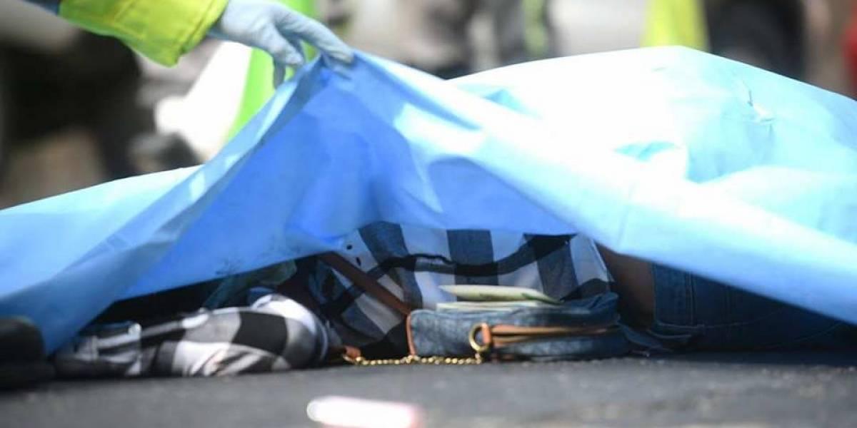 Lanzan a mujer fallecida desde un auto en la calzada La Paz