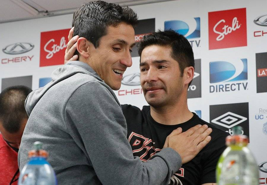 El abrazo entre Mirosevic y Álvarez en el día del retiro del Milo / Foto: Photosport