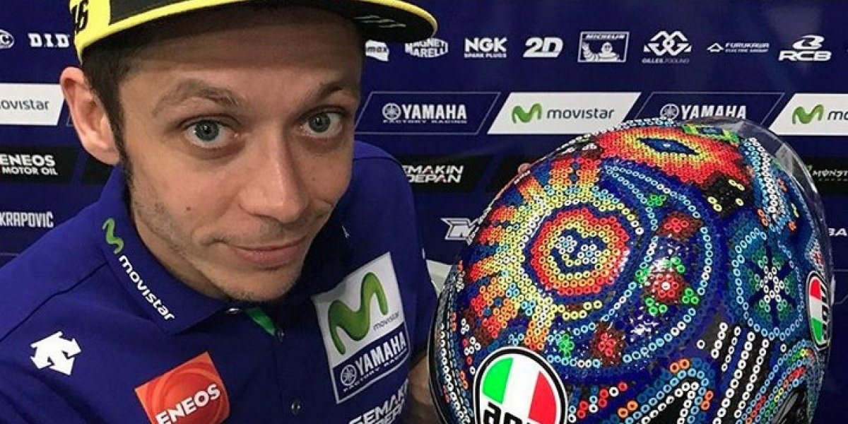 Piloto Valentino Rossi estrena casco co arte huichol