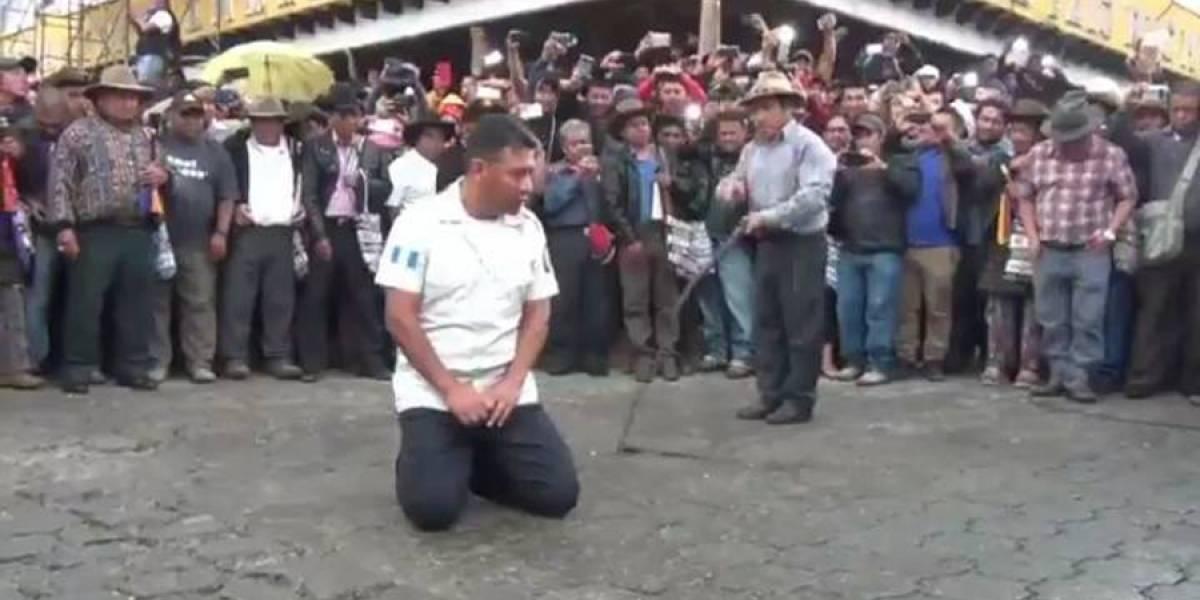 VIDEO. Empleado de PDH participó en castigo de azotes a subcomisario de PNC
