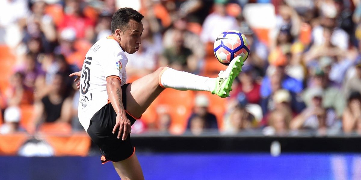 Fabián Orellana deja atrás su calvario en el Valencia y parte al Eibar