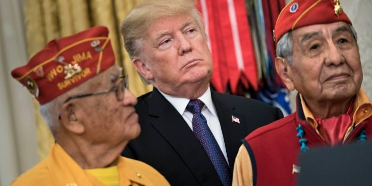 Trump lo hace de nuevo, esta vez con chiste racista: llama Pocahontas a senadora en pleno homenaje a nativos americanos