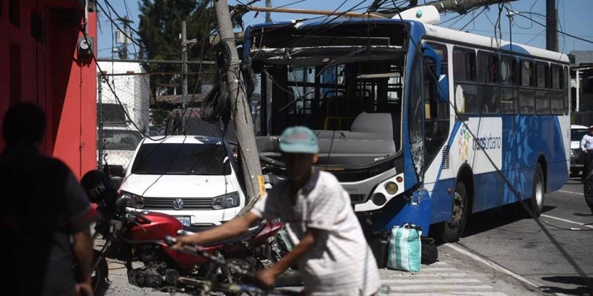 Transurbano se empotra en dos postes y un auto en la avenida Petapa