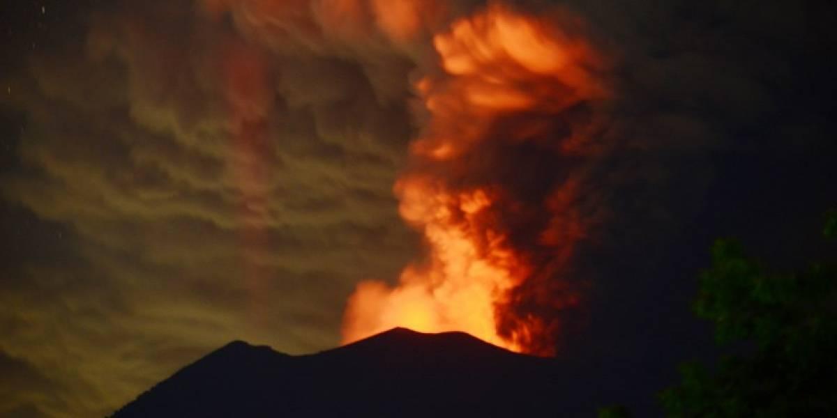 Erupción de volcán que se creía dormido obliga a evacuar a cientos de personas