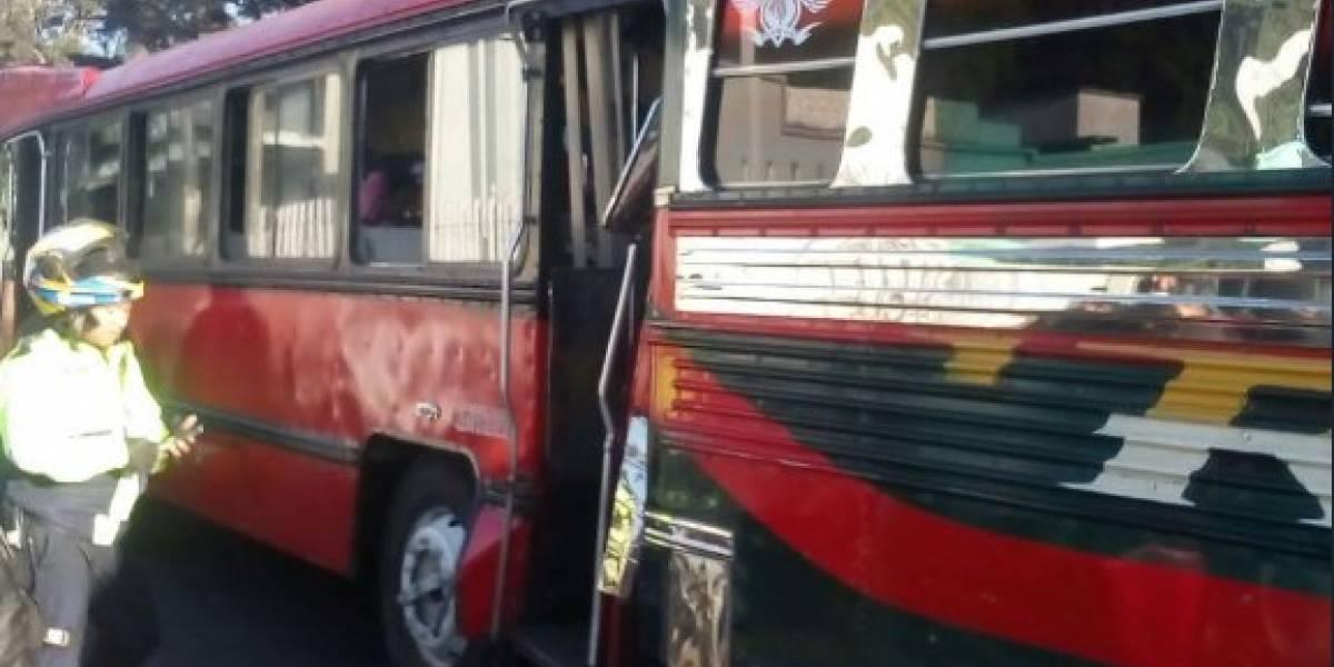Diez heridos por colisión de autobuses en la calzada San Juan