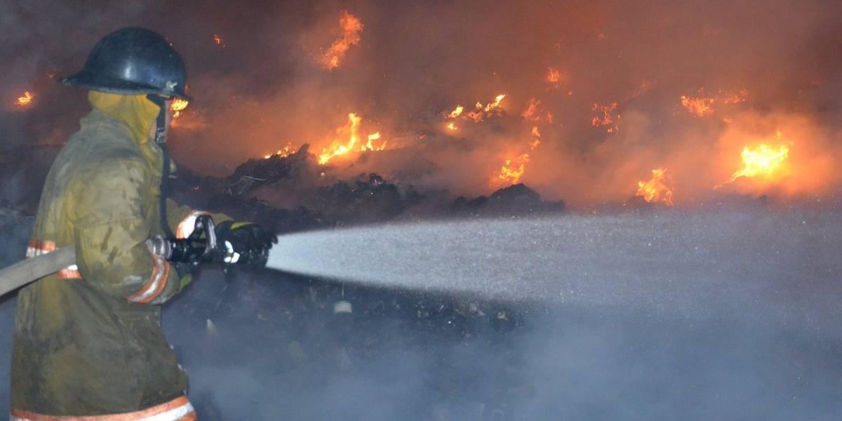 Se reactiva incendio en recicladora de Amatitlán