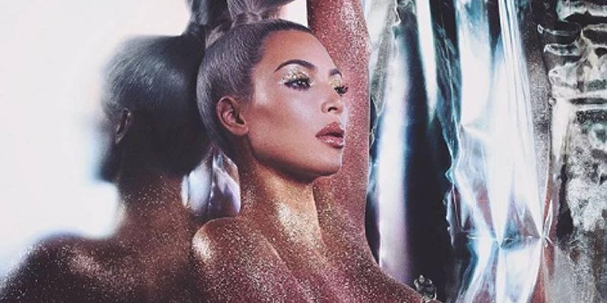 Kim Kardashian aparece nua com corpo coberto apenas por glitter