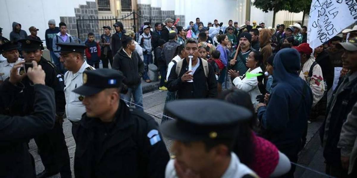 Manifestantes pernoctan frente a Casa Presidencial