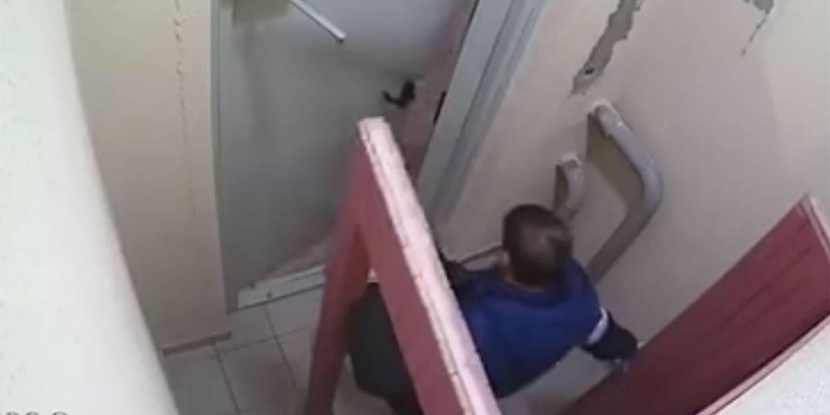 Russo 'esquece' botão e leva três horas para deixar prédio; assista