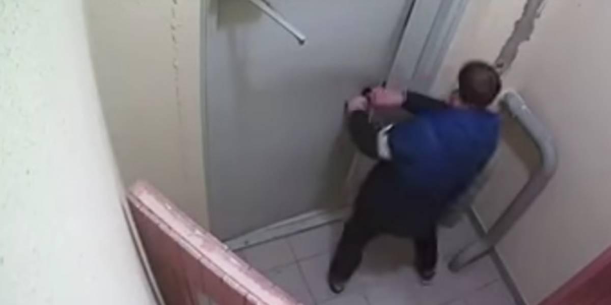Russo bebe demais, destrói porta e leva três horas para apertar botão de saída de prédio; assista