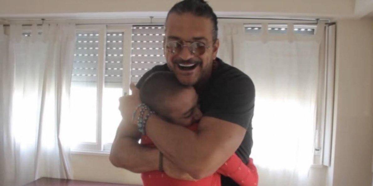 El tierno gesto de Ricardo Arjona con una niña con cáncer acapara titulares internacionales