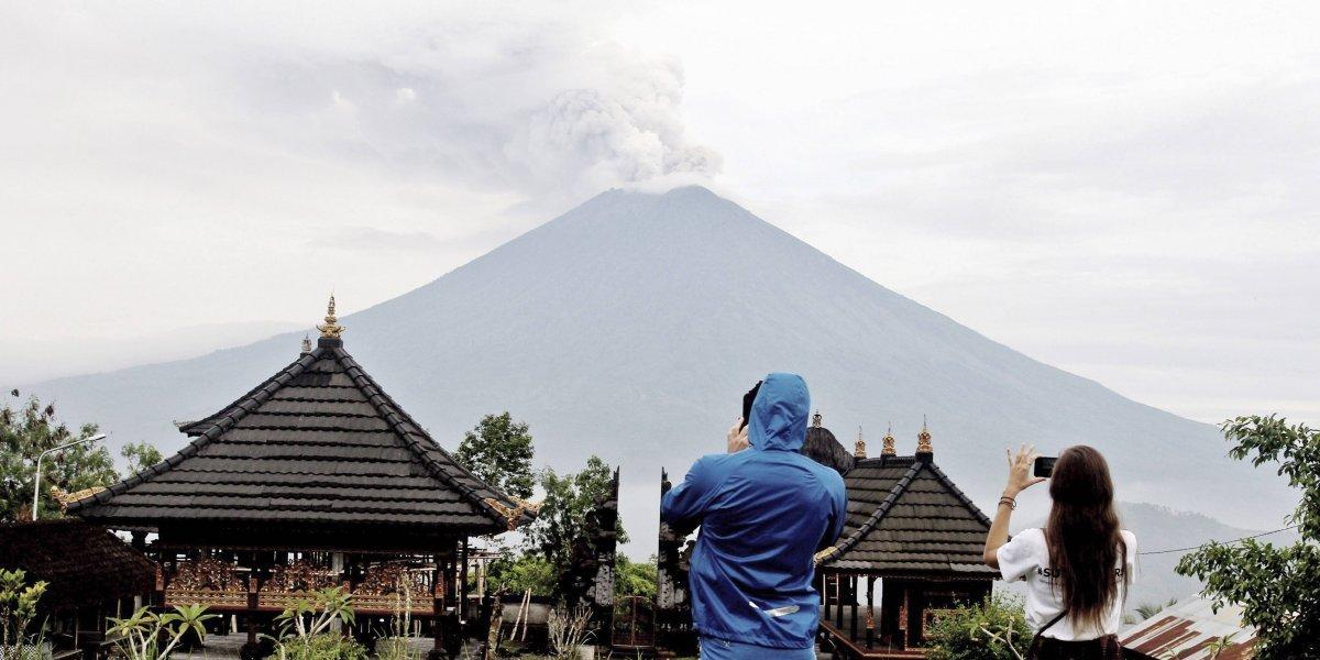 Volcán Agung da un respiro en Indonesia; miles siguen en peligro