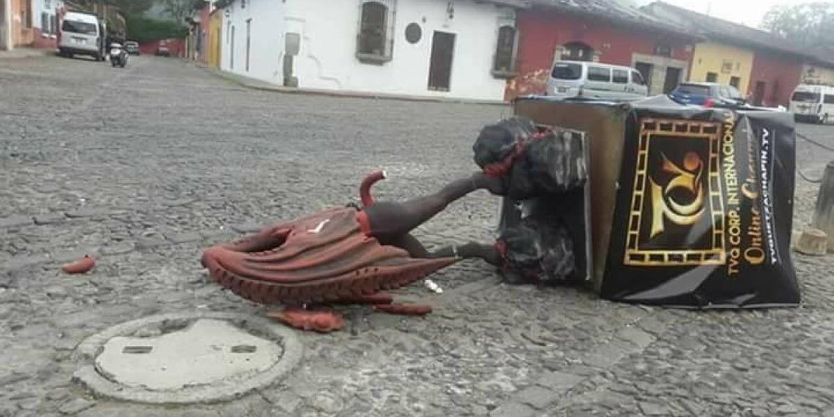 """Derriban imagen del """"diablo ecológico"""" en Antigua Guatemala"""