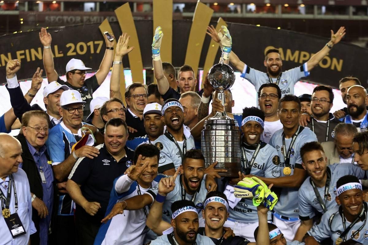 Grêmio com a taça da Libertadores Marcos Brindicci/Reuters