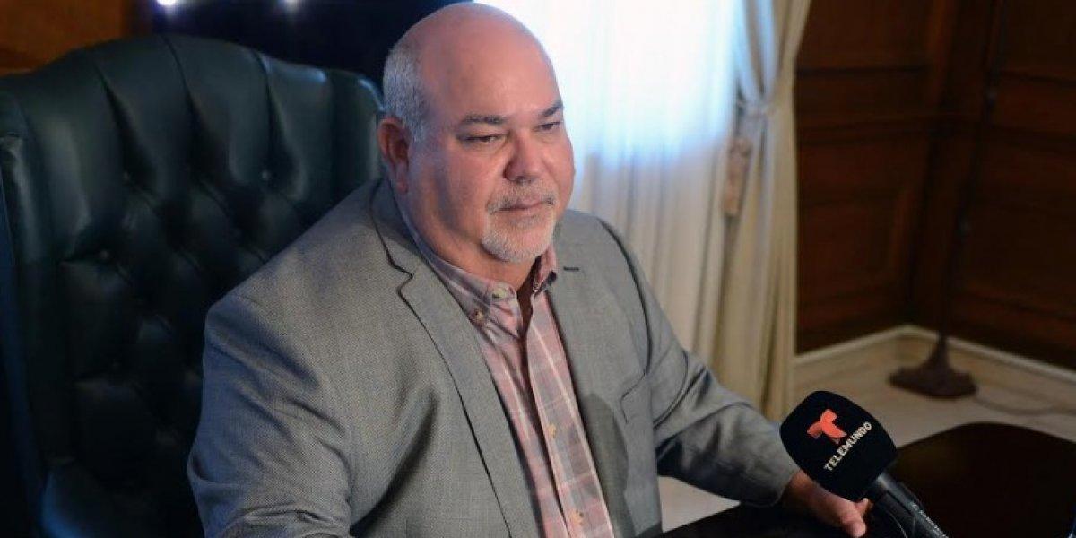 Presidente de la Cámara Carlos 'Johnny' Méndez desfila en pasarela