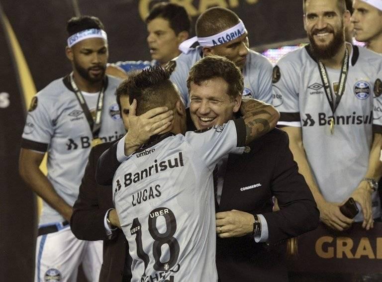 Lucas Barrios finalmente bajó la Copa Libertadores / imagen: AFP