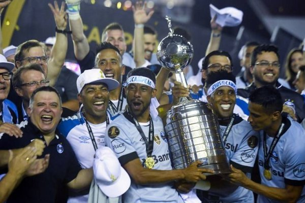 Lucas Barrios gritó campeón con Gremio / imagen: AFP