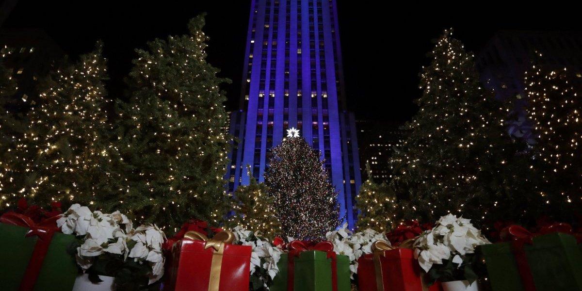 Iluminan tradicional árbol de Navidad en Rockefeller