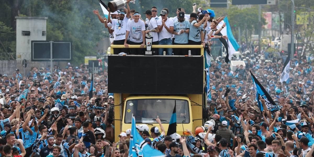Com festa, delegação do Grêmio desembarca em Porto Alegre