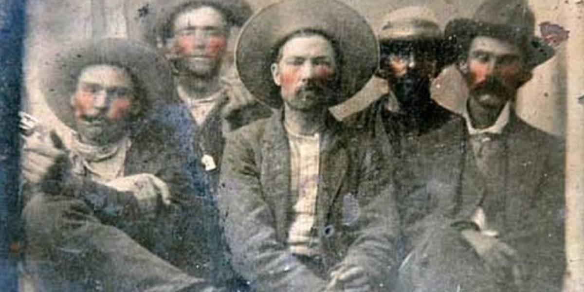 """La foto de """"Billy the Kid y el hombre que lo mató"""" encontrada en un mercado de pulgas y que podría valer millones de dólares"""