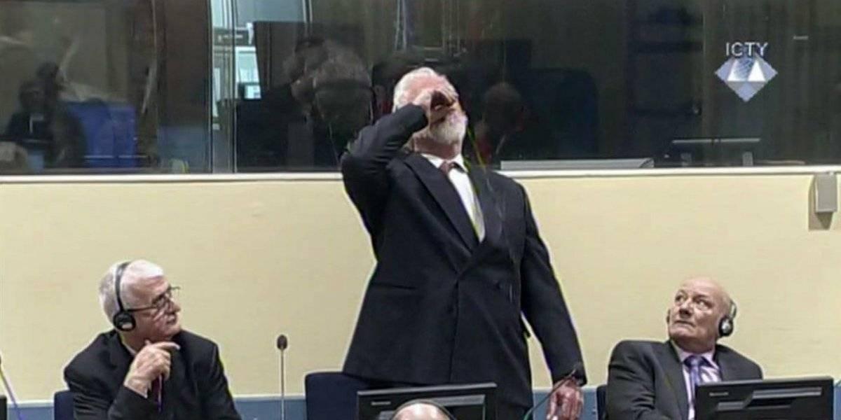 ¿Qué bebió el criminal de guerra que se suicidó en medio de un tribunal?