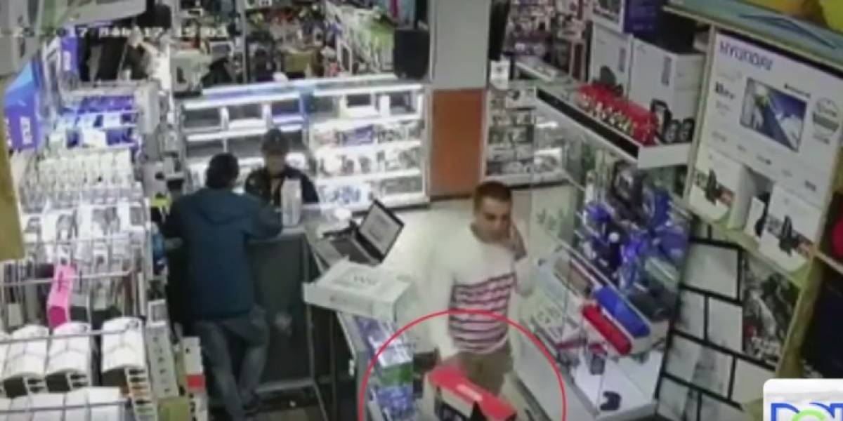[VIDEO] Experimentado ladrón roba tranquilamente mientras habla por celular
